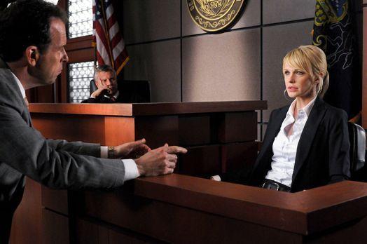 Cold Case - Richter Wyatt (Douglas Park, M.) verfolgt aufmerksam das Verhör z...