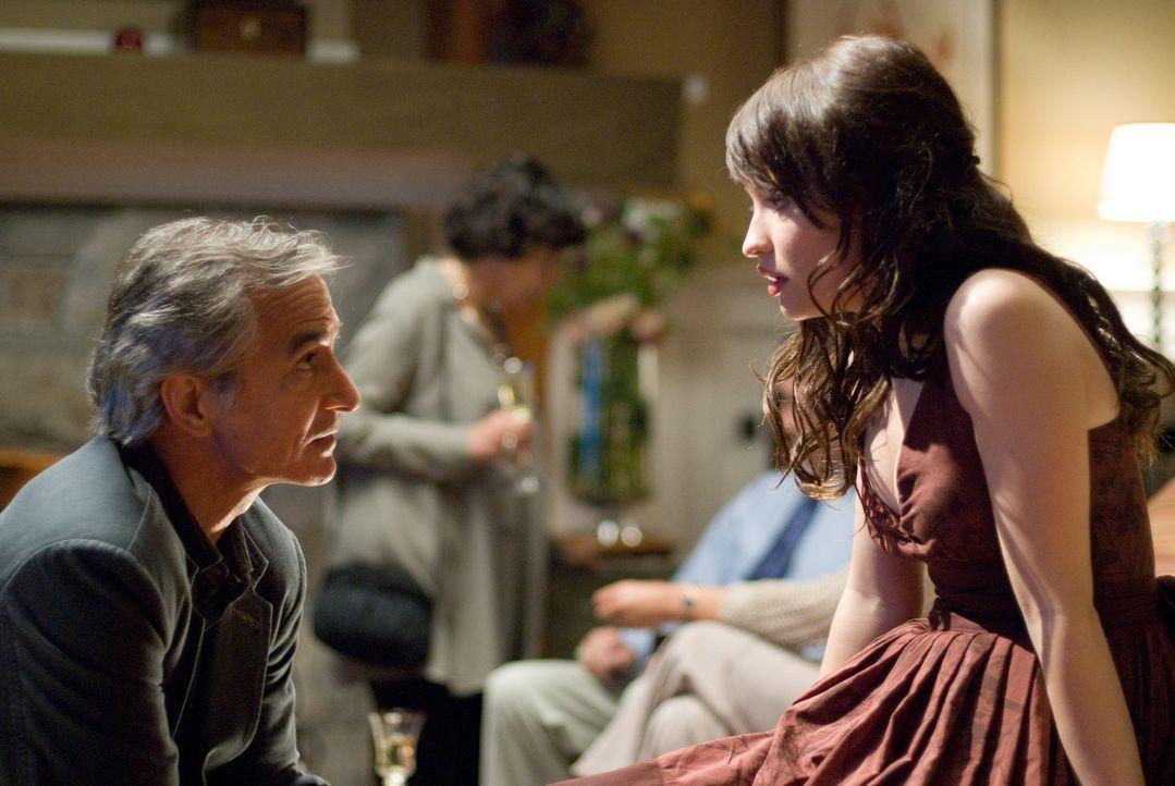 Verzweifelt versucht Anna (Emily Browning, r.) ihren Vater (David Strathairn, l.) davon zu überzeugen, dass seine Verlobte nicht die ist, für die... - Bildquelle: 2008 DreamWorks LLC and Cold Spring Pictures. All Rights Reserved.