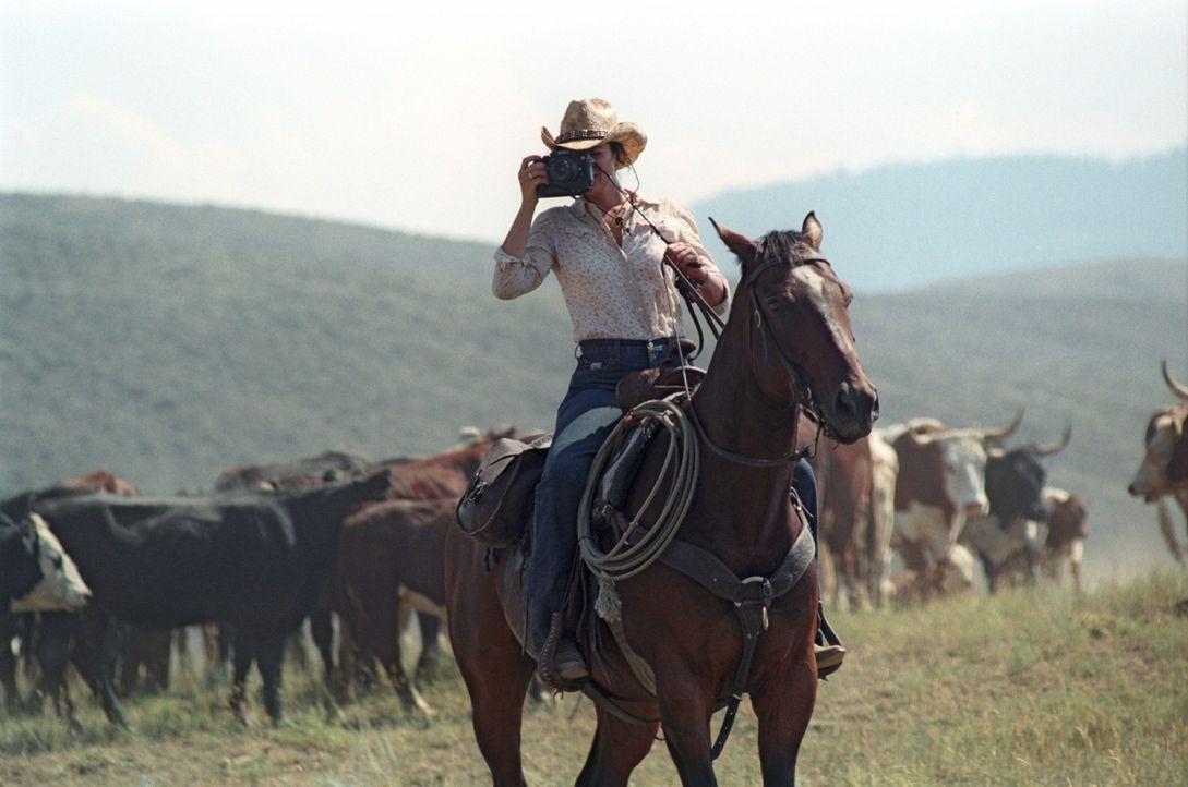 Katharina (Natalia Wörner) versucht den Alltag eines Cowboys mit der Kamera einzufangen. - Bildquelle: Sat.1