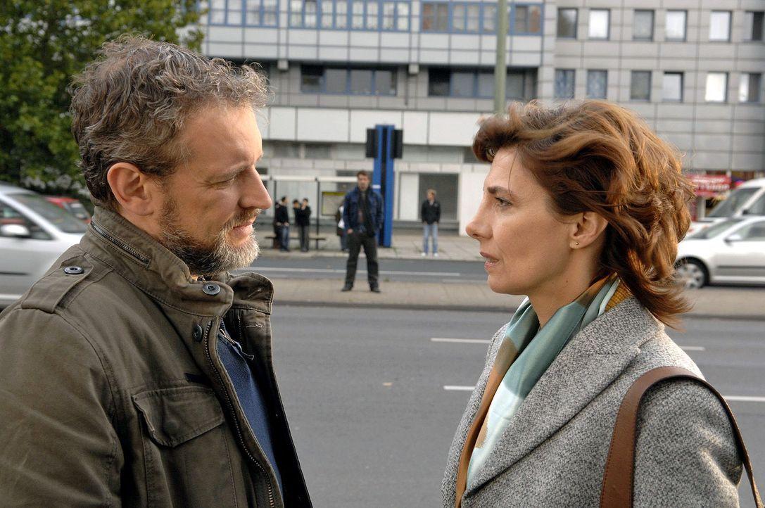 Steffi (Karin Kienzer, r.) will Ulrich (Wolfgang Wagner, l.) nicht alleine zum Treffen mit Jaecki (Uli Drewes, M.) gehen lassen ... - Bildquelle: Claudius Pflug Sat.1