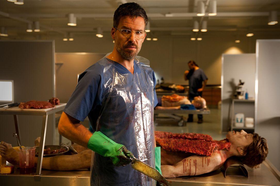 Kann Rechtsmediziner Dr. Fred Abel (Tim Bergmann) den Mord der zersetzten Leichen, die in Kalkfässern gefunden wurden, aufklären? - Bildquelle: Britta Krehl SAT.1/Britta Krehl