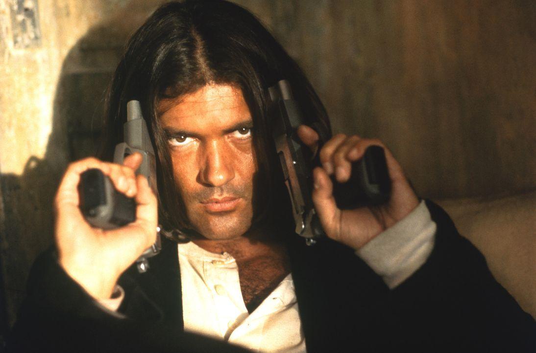 """Mit einem bis zum Rand mit Schusswaffen gefüllten Gitarrenkoffer zieht """"El Mariachi"""" (Antonio Banderas) quer durch Mexiko. Auf der Suche nach dem Ga... - Bildquelle: Columbia Pictures"""