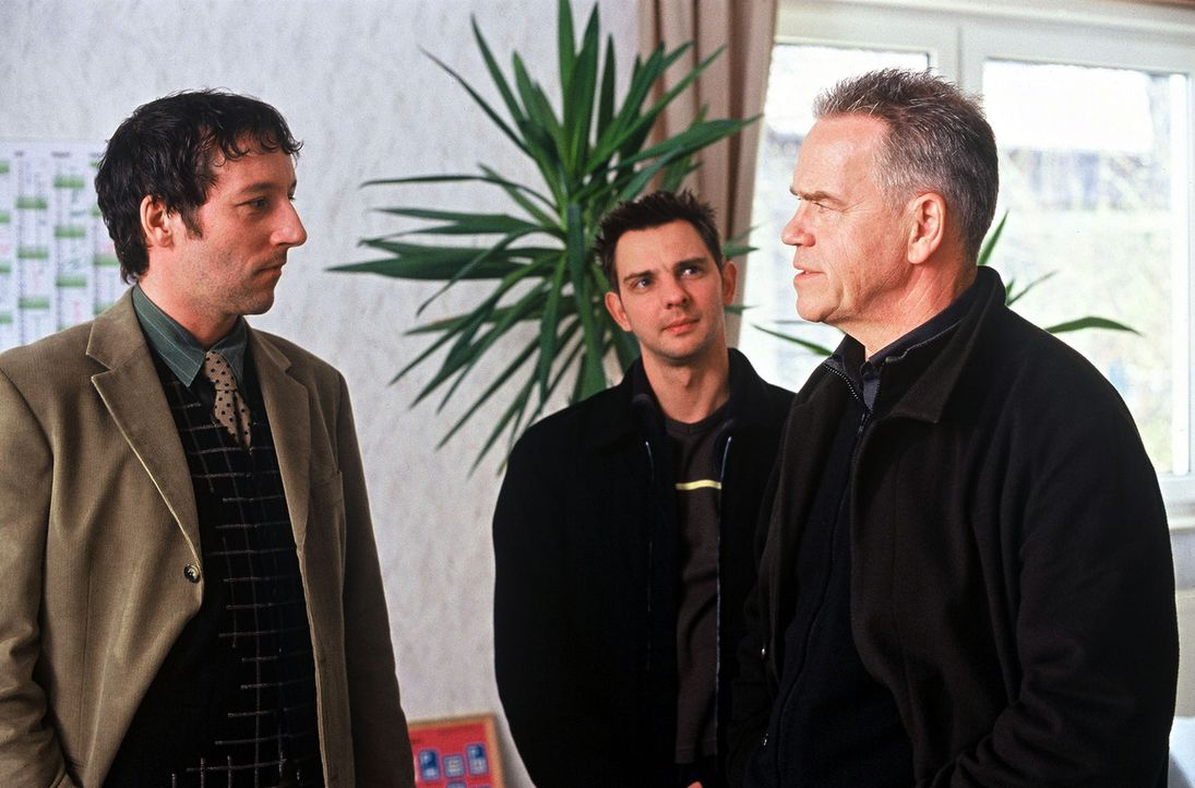 Ralf Sennefelder (Oliver Broumis, l.) bestreitet gegenüber Kommissar Wolff (Jürgen Heinrich, r.) und Tom (Steven Merting, M.), Giftmüll in seinem CD... - Bildquelle: Leslie Haslam Sat.1