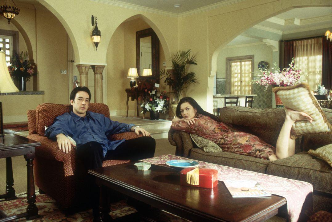 Sie sind das Traumpaar in Hollywood: die Filmstars Gwen (Catherine Zeta-Jones, r.) und Eddie (John Cusack, l.). Doch der Schein trügt, denn hinter... - Bildquelle: 2004 Senator Film, alle Rechte vorbehalten.