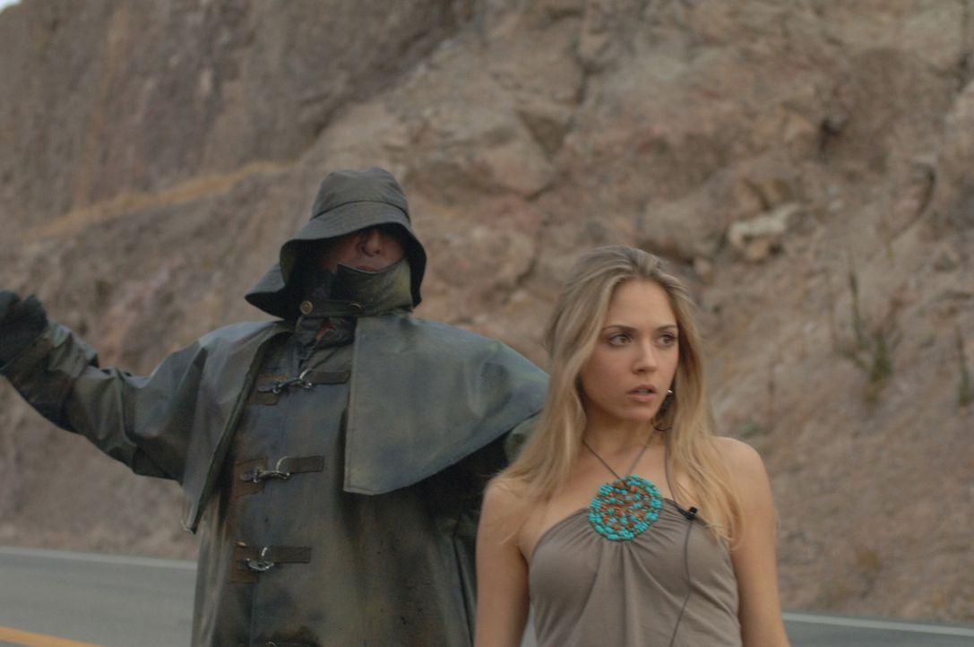 Ein Jahr später: Amber (Brooke Nevin) bleibt mit ihrem Auto in der Wüste liegen, nur der Fischer ist sofort zur Stelle ... - Bildquelle: 2006 Destination Film Distribution Company, Inc. All Rights Reserved.