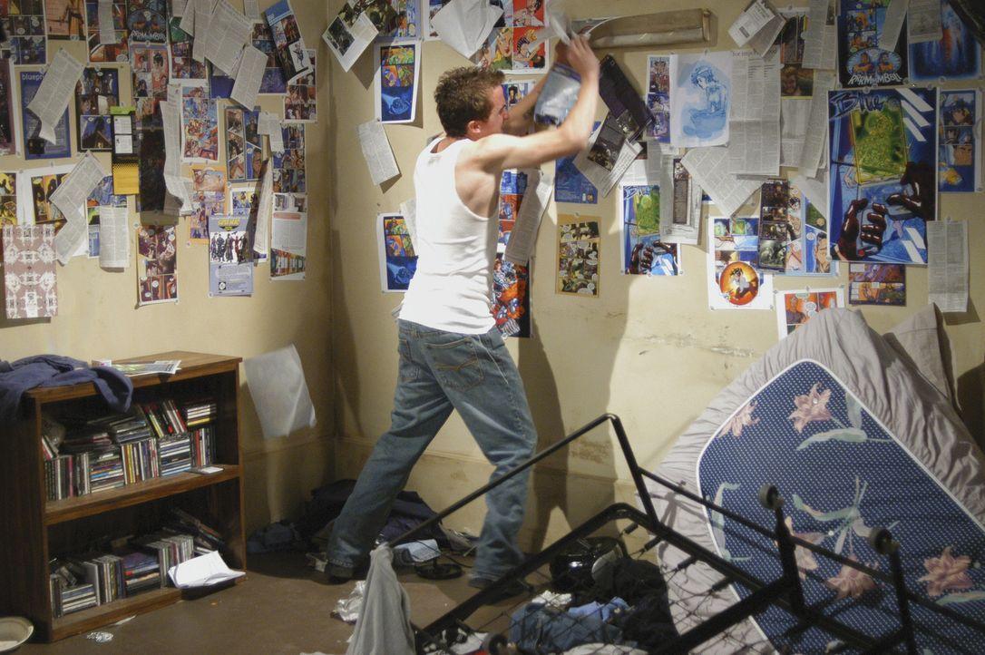 Nach und nach kommen die Profiler dahinter, dass Jonny (Frankie Muniz) tatsächlich der Gesuchte ist, der nachts ein zweites Leben als Rächer führ... - Bildquelle: Touchstone Television