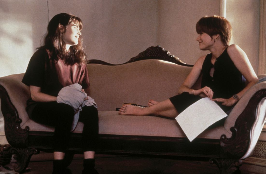 Als Allison (Bridget Fonda, r.) ihren betrügerischen Freund aus der Wohnung wirft, nimmt sie sich eine Mitbewohnerin: Hedra (Jennifer Jason Leigh)... - Bildquelle: Columbia Pictures