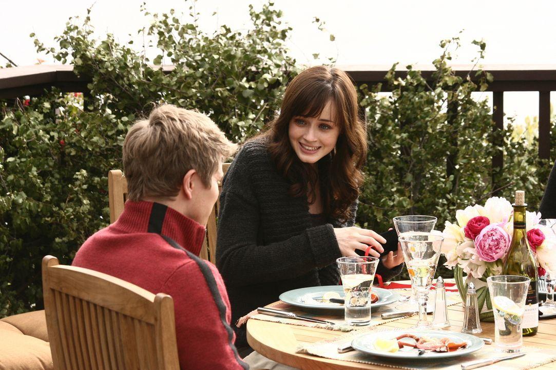 Auf Logans (Matt Czuchry, l.) Vorschlag hin, lädt Rory (Alexis Bledel, r.) ihre Mutter und Luke dazu ein, das Valentins-Wochenende auf Martha's Vine... - Bildquelle: Copyright Warner Brother International Television