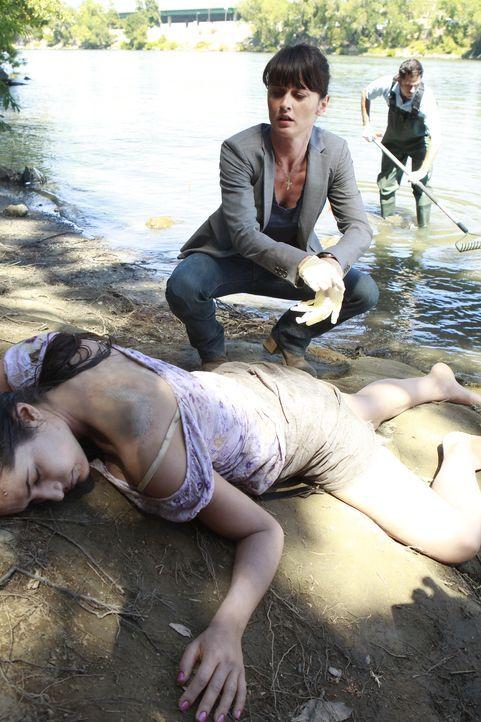 Ermittelt in einem neuen Mordfall: Teresa Lisbon (Robin Tunney, M.) ... - Bildquelle: Warner Bros. Television