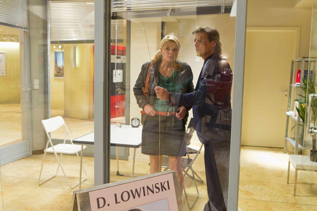 Während der Ermittlungen in einem neuen Fall, bekommt Danni (Annette Frier, l.) überraschend Besuch von August von Grün (René Steinke, r.) - der sie... - Bildquelle: Frank Dicks SAT.1