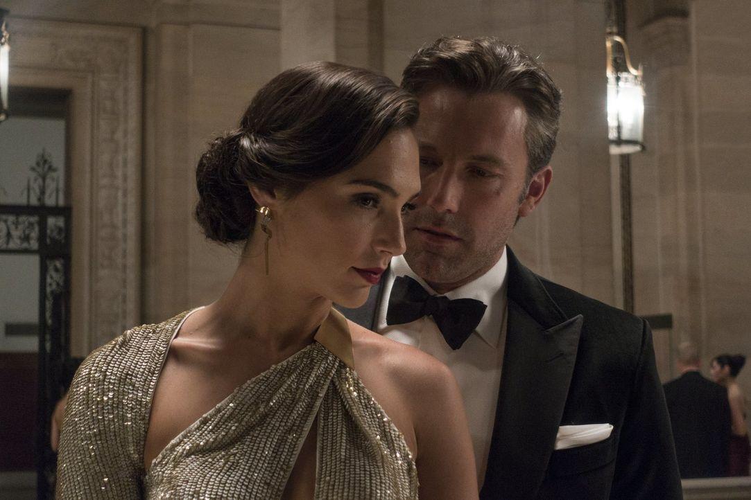 Erhält Bruce Wayne (Ben Affleck, r.) Unterstützung von der attraktiven Diana Prince (Gal Gadot, l.)? - Bildquelle: Warner Bros.