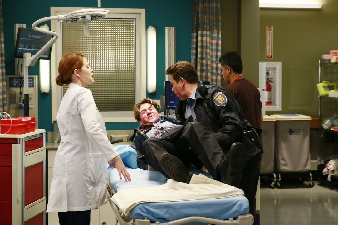 Dan (Kevin Alejandro, 2.v.r.) und sein Kollege Brett (William Nicol, 2.v.l.) wurden bei einem Bankraub verletzt. April (Sarah Drew, l.) und das rest... - Bildquelle: ABC Studios