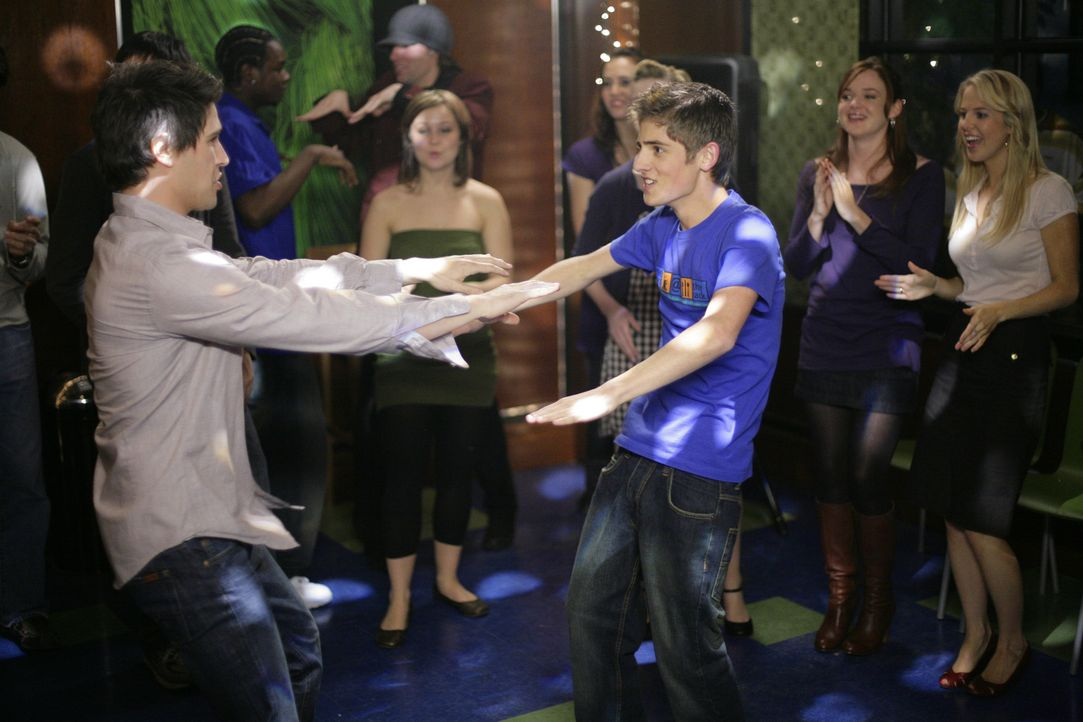 Zu der tollen Musik lässt sich gut tanzen. Kyle (Matt Dallas, l.) und Josh (Jean-Luc Bilodeau, r.) zeigen, was sie drauf haben und wollen natürlic... - Bildquelle: TOUCHSTONE TELEVISION