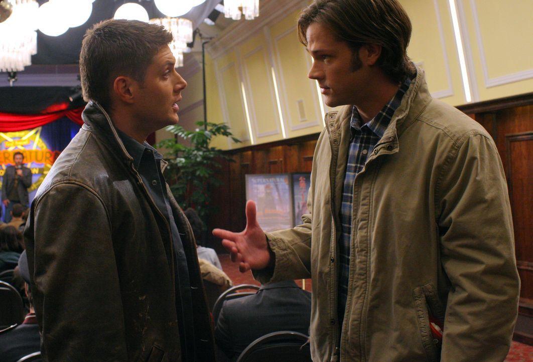 Die echten Geisterjäger: Dean (Jensen Ackles, l.) und Sam (Jared Padalecki, r.) ... - Bildquelle: Warner Bros.