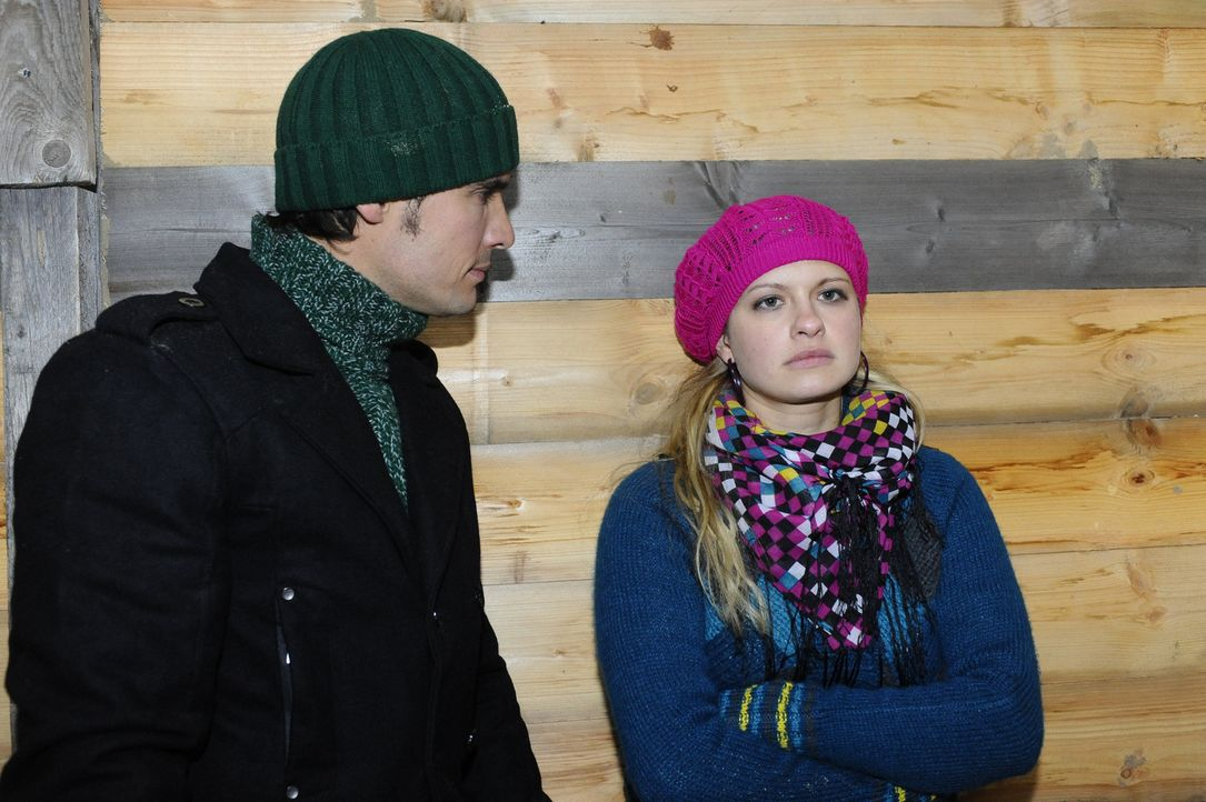 Alexander (Paul Grasshoff, l.) möchte endgültig von Mia (Josephine Schmidt, r.) die Wahrheit über die Trennung erfahren. Wird sie ehrlich zu ihm... - Bildquelle: SAT.1