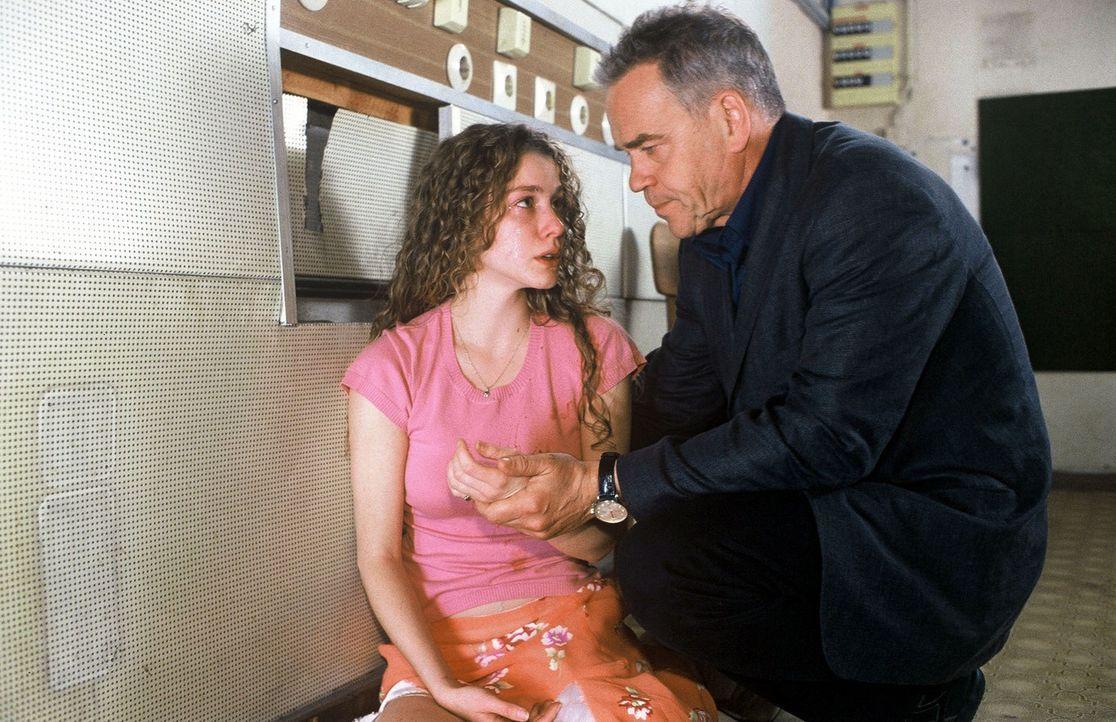 Um ihre Haut zu retten, erzählt Simone (Cheyenne Rushing, l.) Kommissar Wolff (Jürgen Heinrich, r.). - Bildquelle: Roland Horn Sat.1