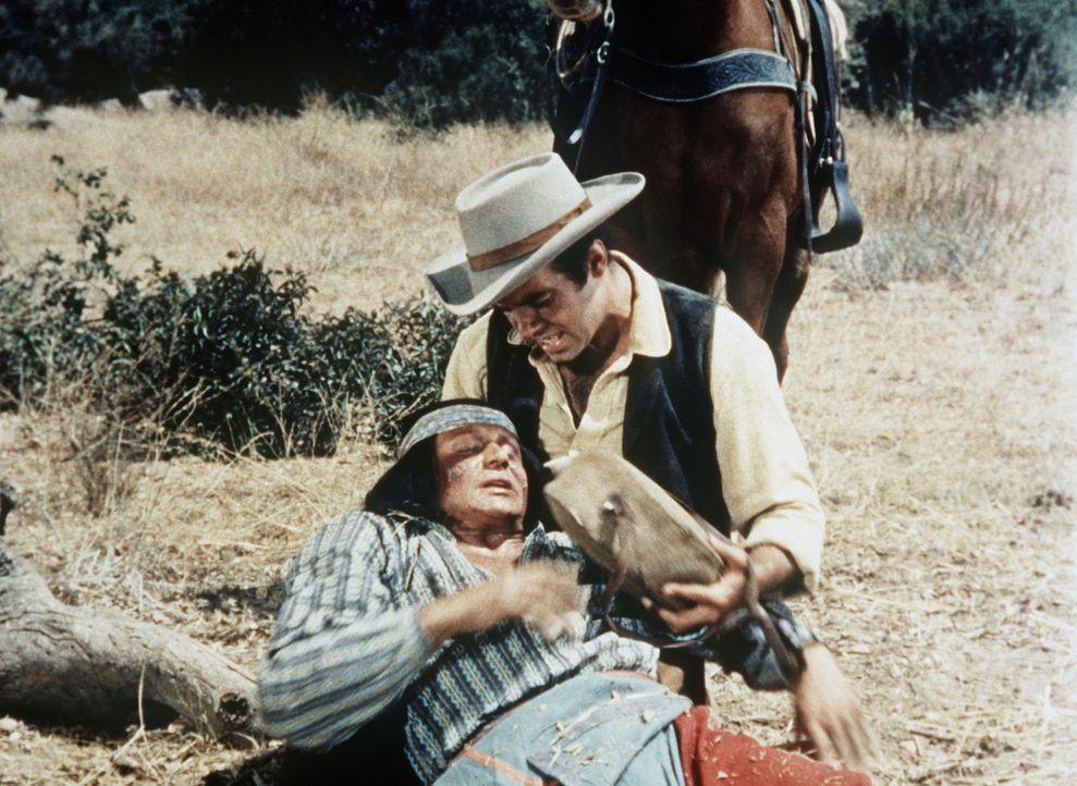 Adam Cartwright (Pernell Roberts, r.) hat den verletzten Indianer Bruno in der Steppe aufgelesen. - Bildquelle: Paramount Pictures