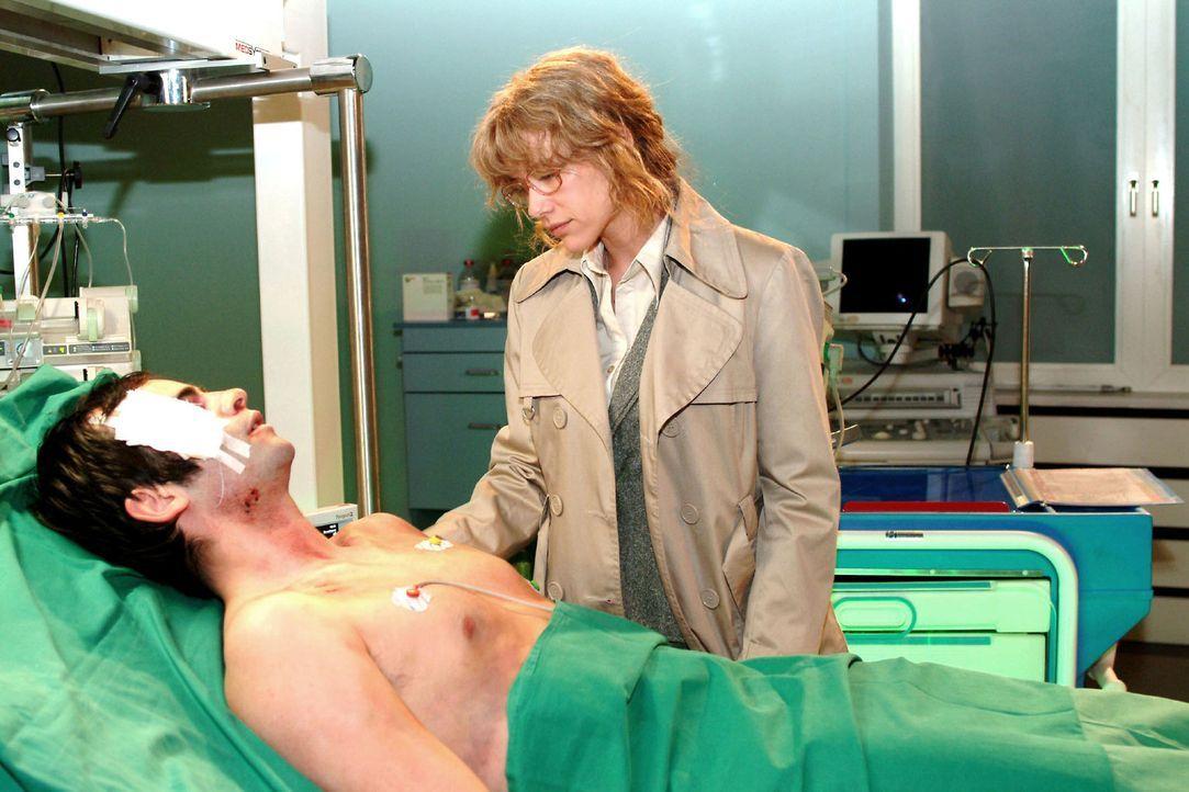 Lisa (Alexandra Neldel, r.) ist überglücklich, dass David (Mathis Künzler, l.) überlebt hat - und genießt es, ihm nahe zu sein. - (Dieses Foto von A... - Bildquelle: Monika Schürle Sat.1