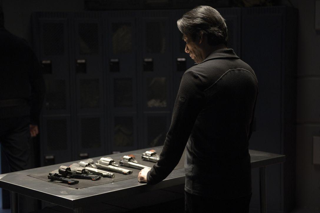 Noch immer hält Hataka (Hiroyuki Sanada) einige Informationen geheim ... - Bildquelle: 2014 Sony Pictures Television Inc. All Rights Reserved.