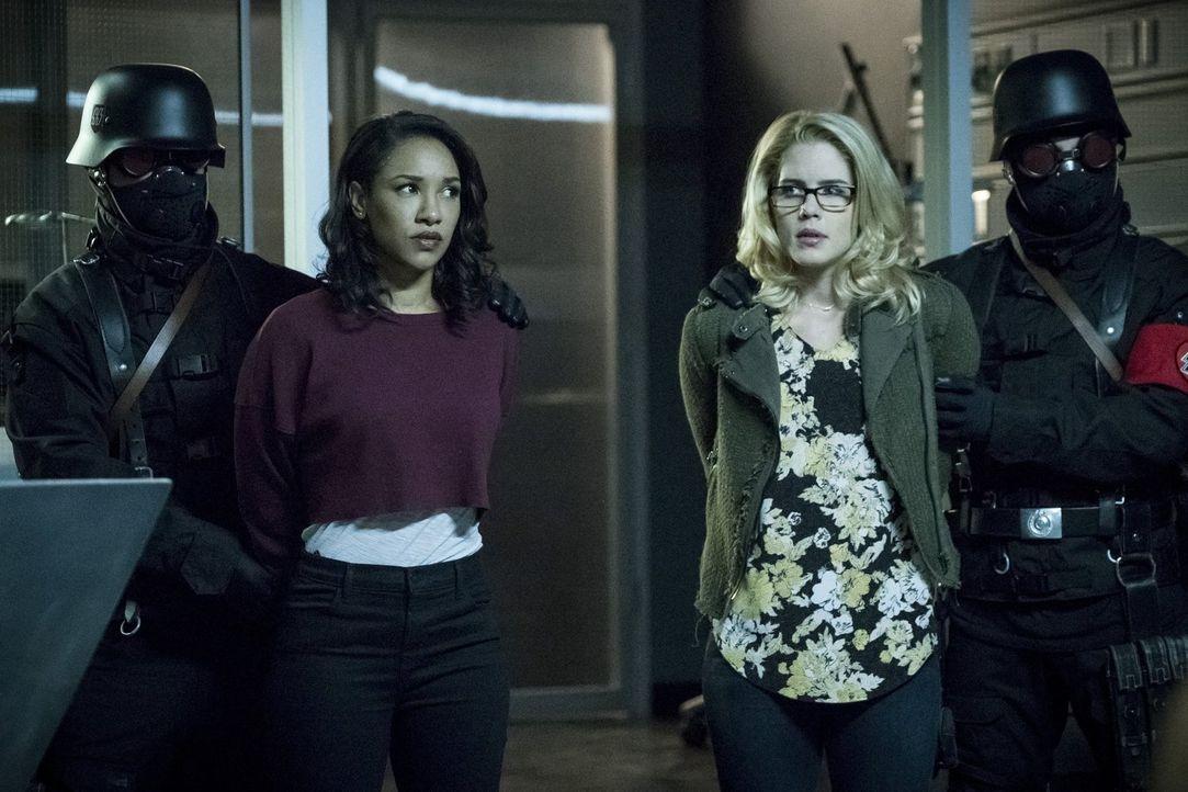 Eigentlich hatten Iris (Candice Patton, 2.v.l.) und Felicity (Emily Bett Rickards, 2.v.r.) gehofft, ihren Freunden helfen zu können, nachdem sie die... - Bildquelle: 2017 Warner Bros.