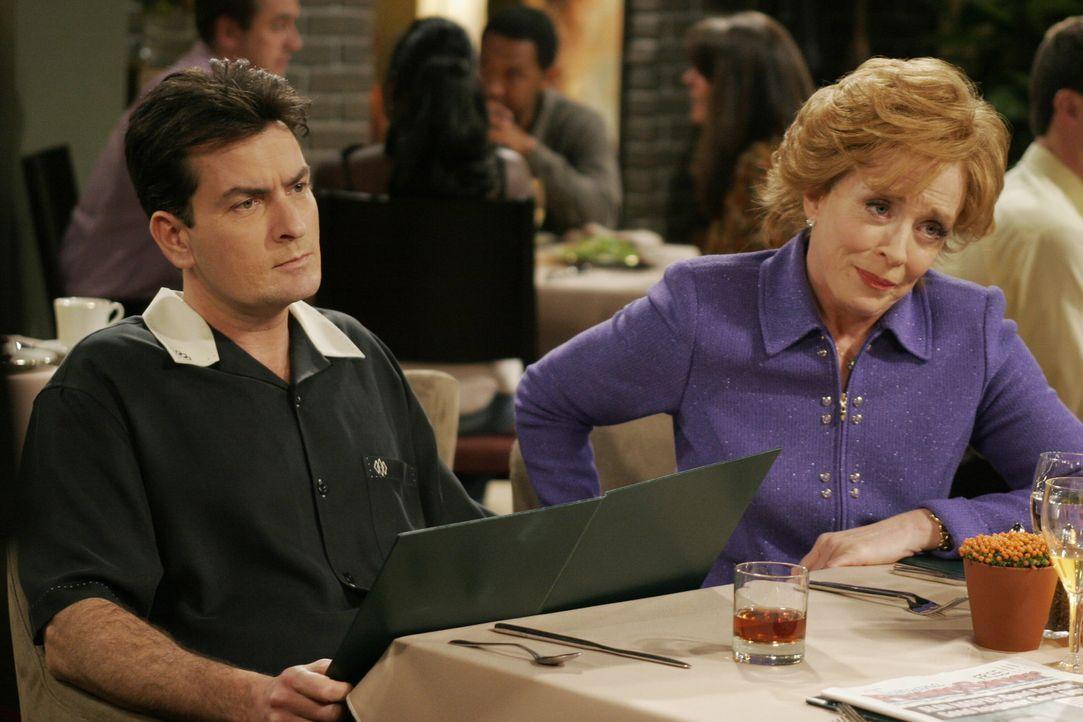 Bei einem Essen mit Charlie (Charlie Sheen, l.), Jake und Evelyn (Holland Taylor, r.) fühlt sich Alan wieder einmal von seiner Mutter Evelyn gedem - Bildquelle: Warner Brothers Entertainment Inc.