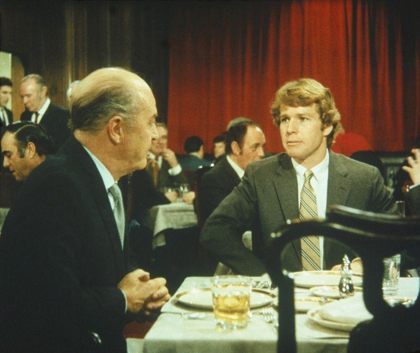 Oliver Barrett IV (Ryan O'Neal, r.) kann nicht verstehen, dass sein Vater Oliver Barrett III (Ray Milland, l.) gegen seine Beziehung mit Jennifer is... - Bildquelle: Paramount Pictures