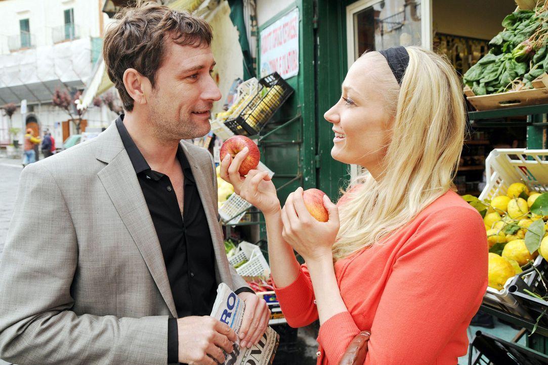 Die bodenständige Regina (Janine Kunze, r.) legt dem Meisterkoch (Heikko Deutschmann, l.) den Geschmack eines heimischen Apfels ans Herz. - Bildquelle: Aki Pfeiffer Sat.1