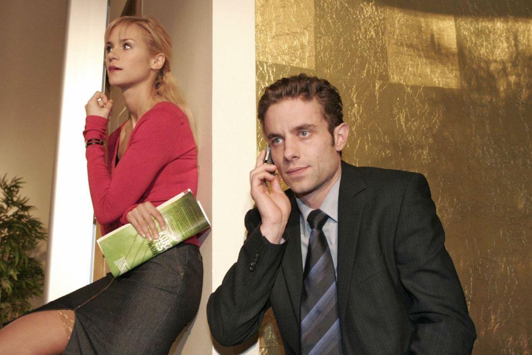 Max (Alexander Sternberg, r.) kann kein Geld für die Aktienkäufe auftreiben. Sabrina (Nina-Friederike Gnädig, l.) hört neugierig zu. - Bildquelle: Noreen Flynn Sat.1