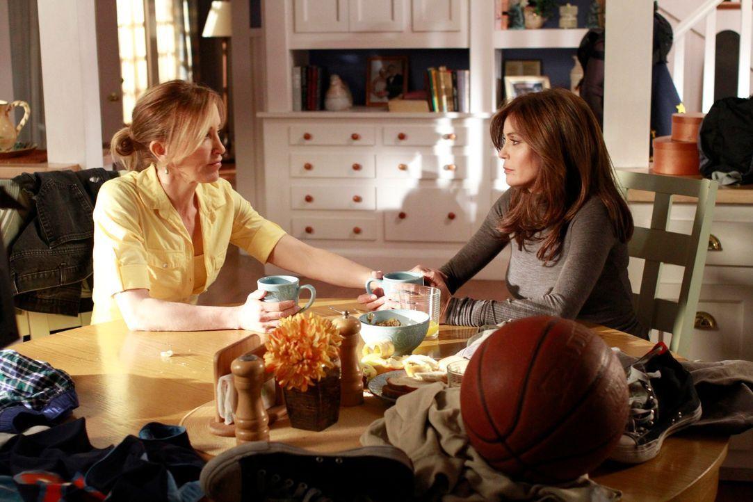 Eine große Überraschung wartet auf Lynette (Felicity Huffman, l.) und Susan (Teri Hatcher, r.) ... - Bildquelle: Touchstone Pictures