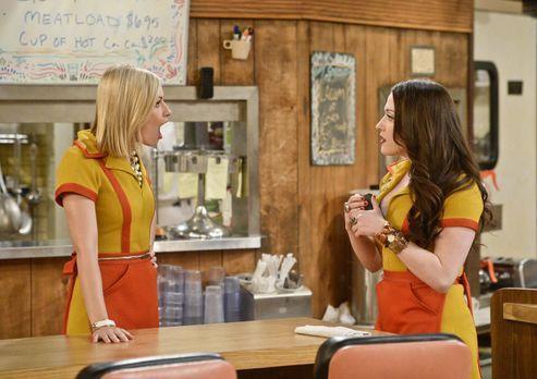 2 Broke Girls - Caroline (Beth Behrs, l.) kann nicht glauben, dass Max (Kat D...
