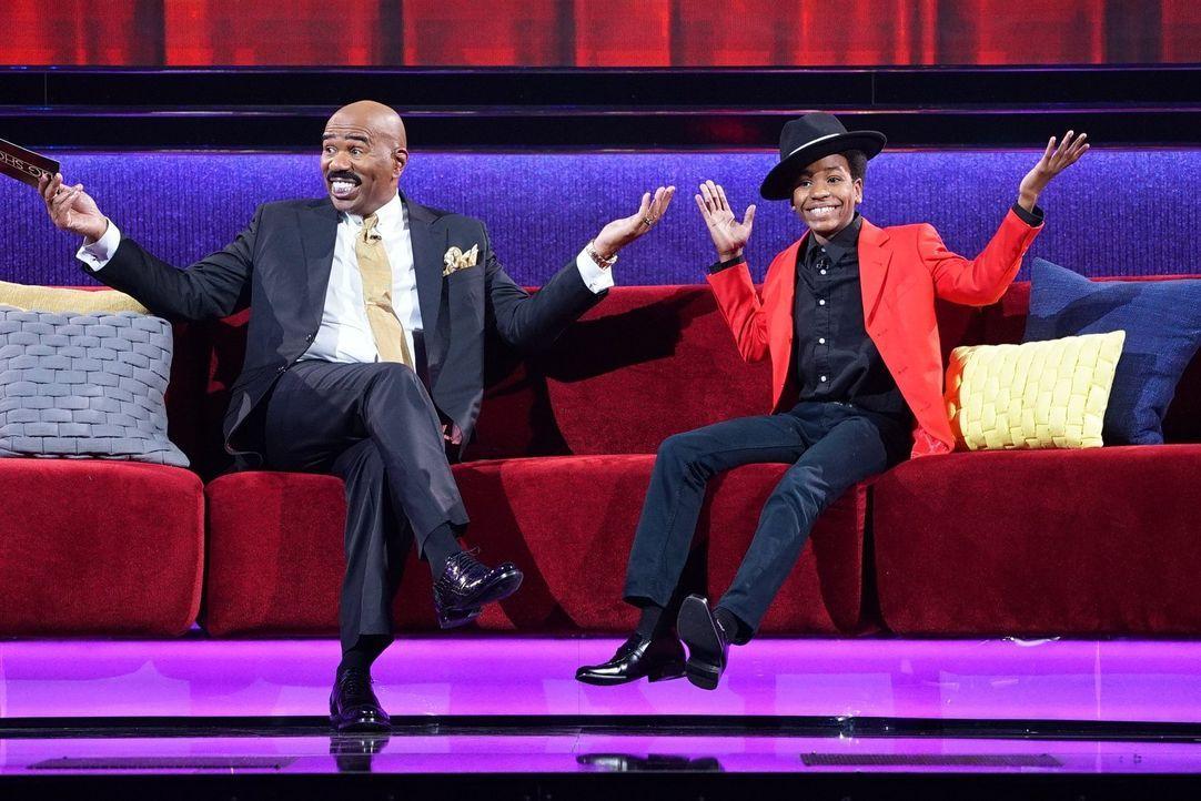 Steve Harvey (l.) ist überwältigt von dem talentierten Nathaniel Cullors (r.), der als Motown-Darsteller die Massen begeistert ... - Bildquelle: Warner Bros.