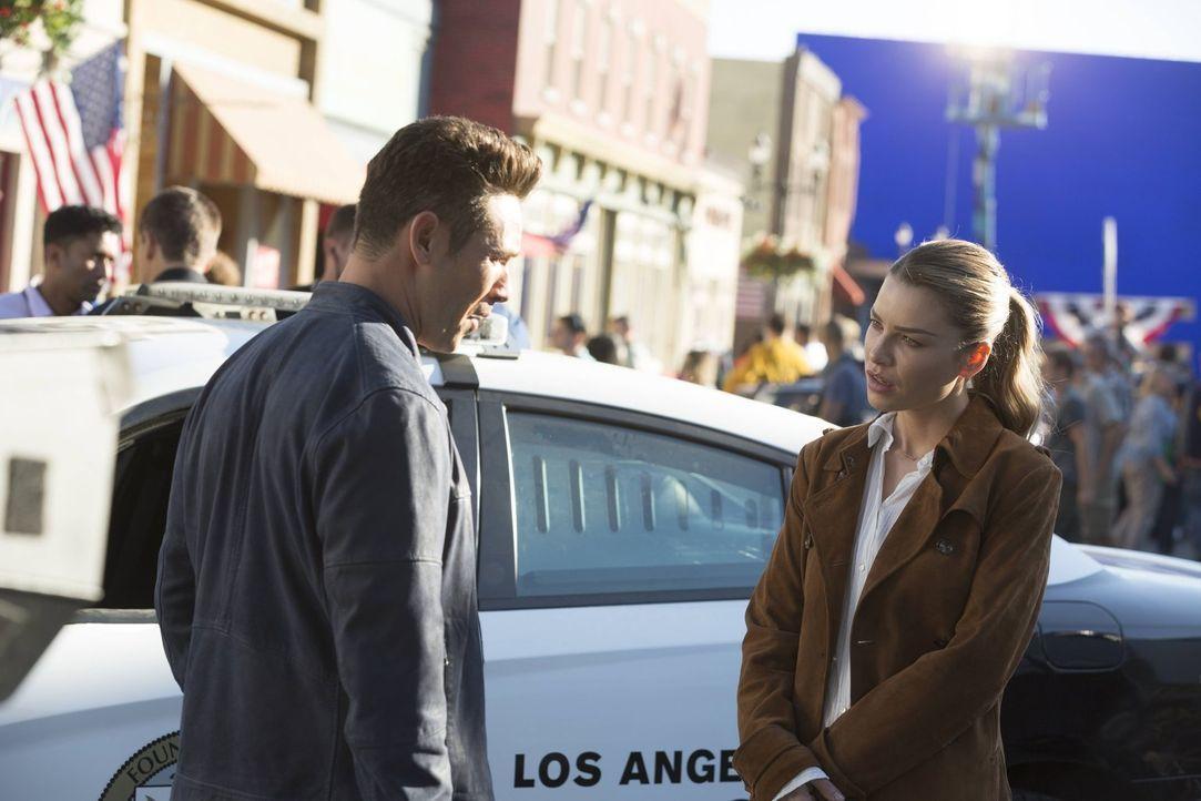 Chloe (Lauren German, r.) gefällt es überhaupt nicht, dass Dan (Kevin Alejandro, l.) plötzlich als Officer bei ihr am Tatort auftaucht, obwohl er ei... - Bildquelle: 2016 Warner Brothers