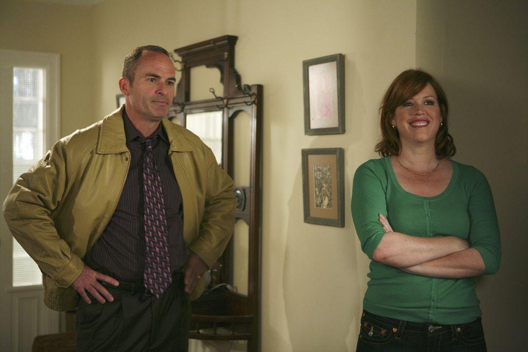 Die Ehe von George (Mark Derwin, l.) und Anne (Molly Ringwald, r.) läuft sehr schlecht und darunter leiden vor allem die beiden Töchter ... - Bildquelle: ABC Family