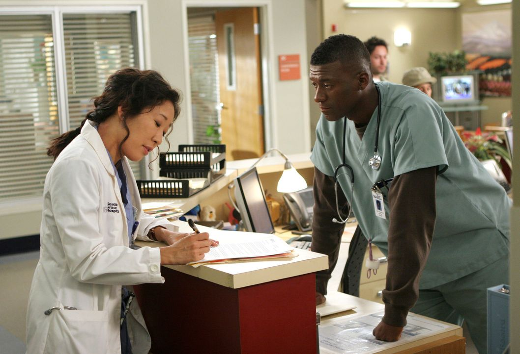 Tyler (Moe Irvin, r.) kann nicht wirklich verstehen, warum Cristina (Sandra Oh, l.) nicht mit  Burkes Mutter sprechen möchte ... - Bildquelle: Touchstone Television