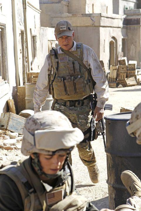 Während Tonys tief sitzende Ängste wieder auftauchen, reisen Gibbs (Mark Harmon, hinten) und Ziva (Cote de Pablo, vorne) nach Afghanistan, um eine... - Bildquelle: CBS Television