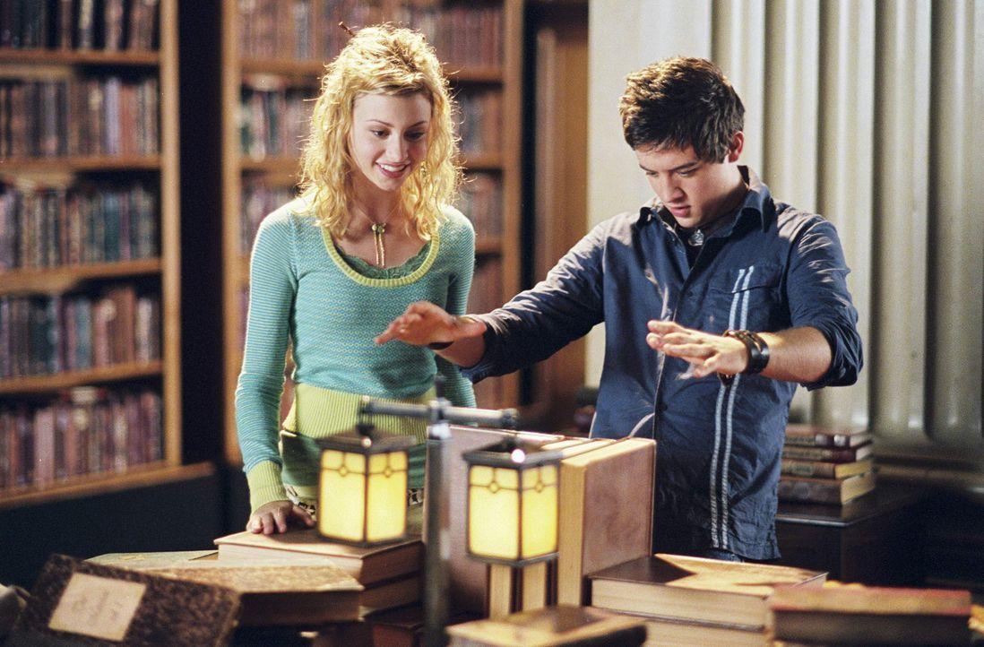 Als die Fernsehproduzentin Allyson Miller (Alyson Michalka, l.) den jungen Zauberer Danny Sinclair (Johnny Pacar, r.) kennen lernt, ahnt sie sogleic... - Bildquelle: The Disney Channel