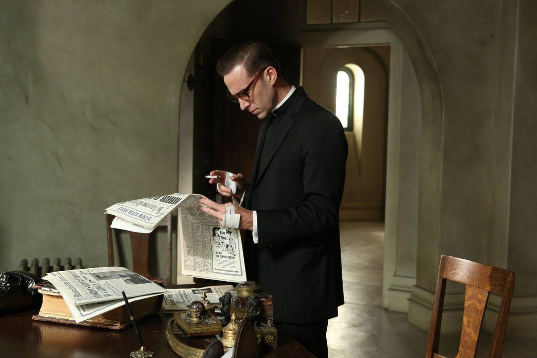 Über den Zeitungsartikel, in dem über Bloody Face und dessen Verbindung zum Briarcliff berichtet wird, ist Monsignor Timothy Howard (Joseph Fienne... - Bildquelle: 2012-2013 Twentieth Century Fox Film Corporation. All rights reserved.