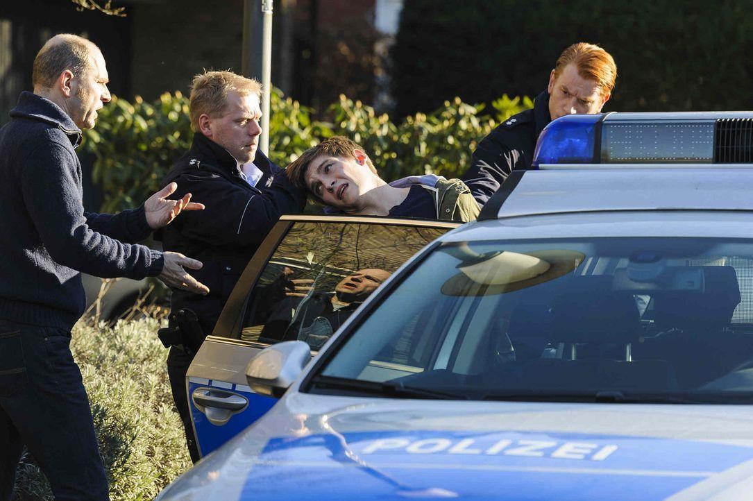 Als sein Sohn (Jonas Nay, 2.v.r.) als mutmaßlicher Mörder eines Elfjährigen verhaftet wird, ist Ulli (Götz Schubert, l.) zunächst von seiner Un... - Bildquelle: Willi Weber SAT.1