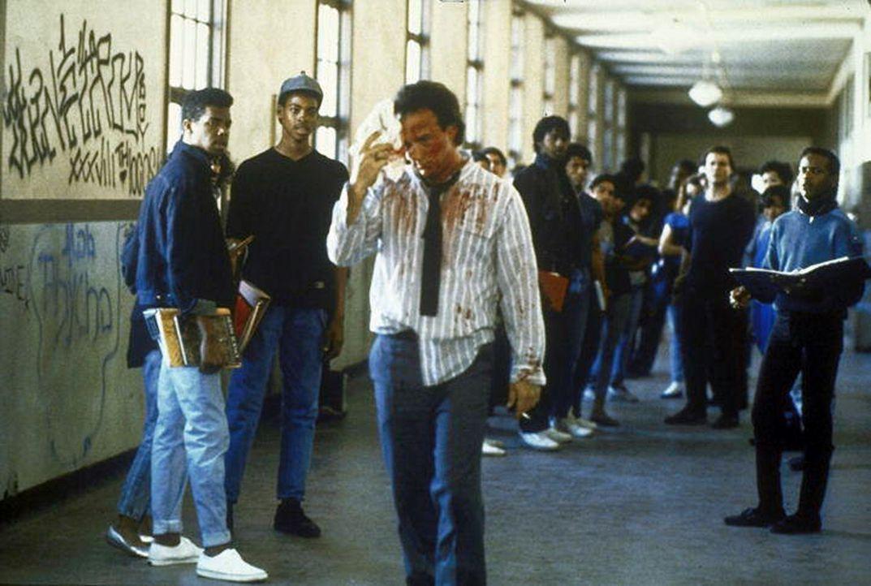 Schulleiter Rick Latimer (James Belushi, M.) lässt es sich nicht nehmen, persönlich gegen die Störenfriede vorzugehen. - Bildquelle: TriStar Pictures