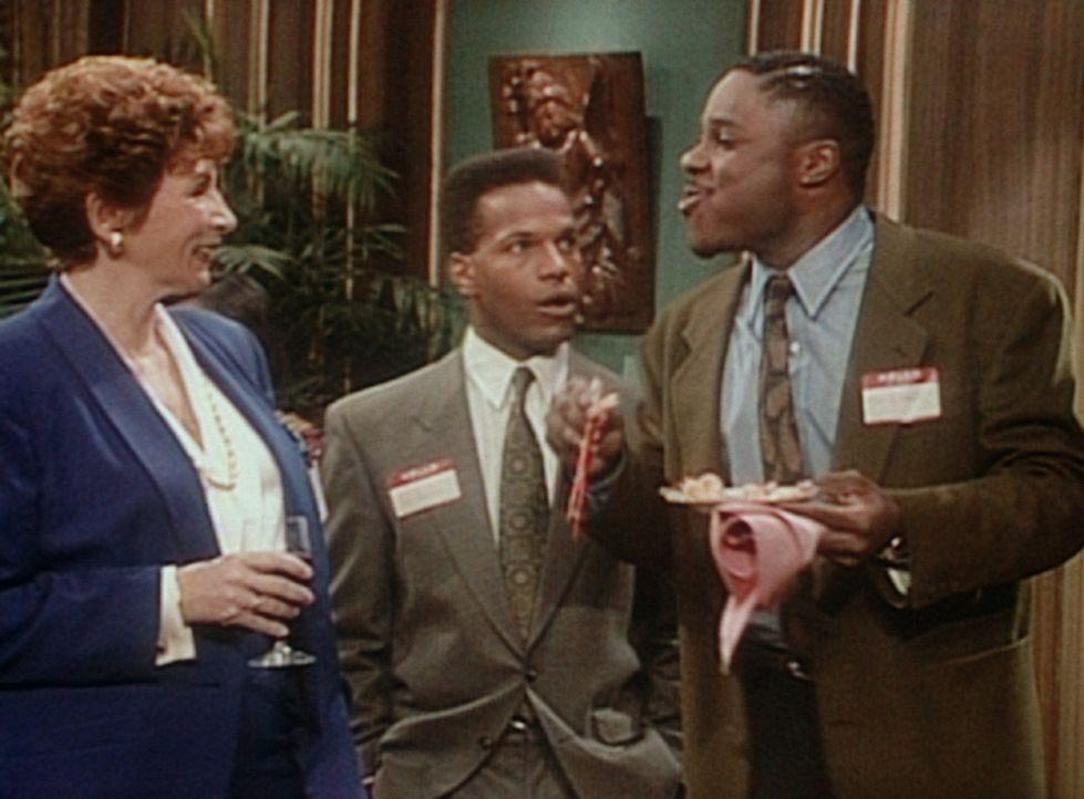 Theo (Malcolm-Jamal Warner, r.) stiehlt mit seiner Unbekümmertheit auf einem Bewerbungsempfang allen anderen die Schau, weil er gar nicht an einem... - Bildquelle: Viacom