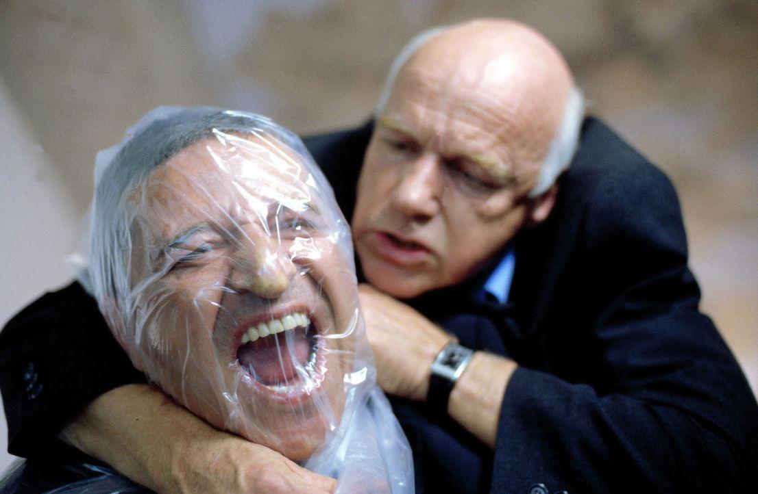 Prof. Paulus (Dietrich Hollinderbäumer, r.) versucht, Taube (Christian M. Goebel, l.) zu töten. - Bildquelle: Guido Engels Sat.1