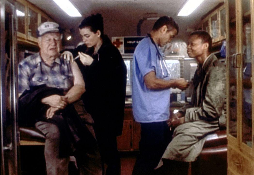 Ross (George Clooney, 2.v.r.) und Hathaway (Julianna Margulies, 2.v.l.) machen zum ersten Mal Dienst im Gesundheitsmobil ... - Bildquelle: TM+  WARNER BROS.