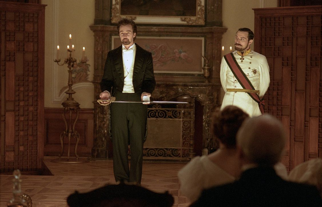 Als der Illusionist Eisenheim (Edward Norton, l.) während einer Vorstellung den rachsüchtigen und hemmungslosen Kronprinzen Leopold (Rufus Sewell, r... - Bildquelle: 2006 Yari Film Group Releasing, LLC.  All Rights Reserved.