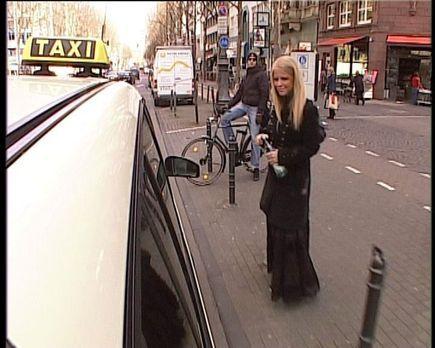 """Quiz Taxi - Im """"Quiz Taxi"""" stellt sich Charlotte Karlinder den Frag..."""