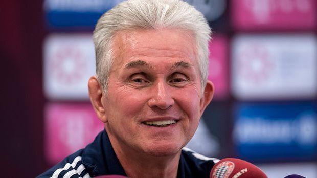 Bayern-Trainer Jupp Heynckes vor Journalisten