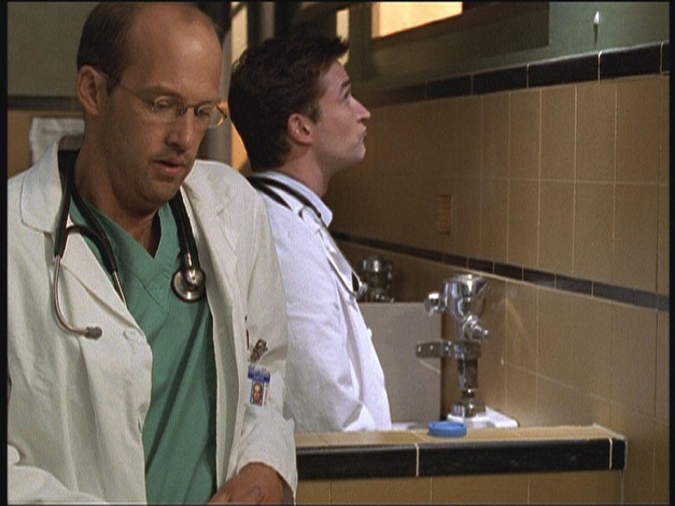 Dr. Carter (Noah Wyle, r.) muss eine Urinprobe abgeben. Dr. Greenes (Anthony Edwards, l.) Aufgabe ist es, den Vorgang zu überwachen. - Bildquelle: TM+  2000 WARNER BROS.