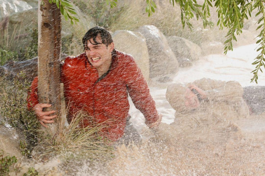 Kämpfen um ihr Leben: Alan (Jon Cryer, r.) und Walden (Ashton Kutcher, l.) ... - Bildquelle: Warner Brothers Entertainment Inc.