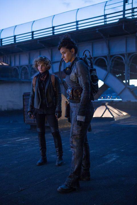 Selina (Camren Bicondova, l.) hilft Bridgit (Michelle Veintimilla, r.) an Geld zu kommen, damit sie die Stadt verlassen kann, währenddessen geht der... - Bildquelle: Warner Brothers