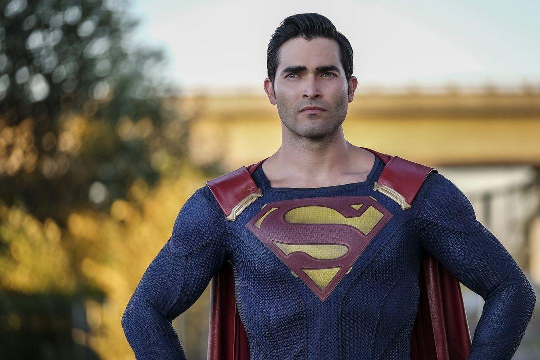 Kann Kara alias Supergirl gerade noch rechtzeitig vor einem Unglück bewahren: Clark alias Superman (Tyler Hoechlin) ... - Bildquelle: 2016 Warner Bros. Entertainment, Inc.