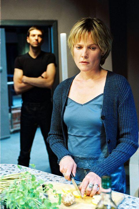 Die Stimmung zwischen Sophie (Karoline Eichhorn, r.) und Martin (Kai Wiesinger, l.) wird immer kühler - irgendetwas stimmt nicht ... - Bildquelle: Nicole Manthey Sat.1